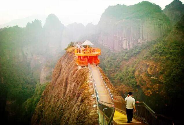 天门山景区因天门山而得名,天门山雄镇资江,形状像天门中开.